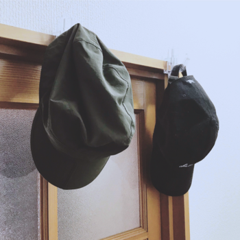 筆者宅では、玄関のかもいにフックを付けて、いつでもキャップを取り出せるようにしています。