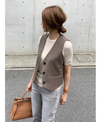 かっちりとした印象を与えてくれるのが、ハンサムな印象のボタンベスト。無地Tシャツ×デニムという定番スタイルにオンするだけで、新鮮な垢抜けコーデが叶います♪アイテムだけ見ると、やや辛口にも思えますが、優しい雰囲気のブラウンやベージュカラーのコーデに、きれいめのキャメルのバッグを合わせて、やわらかで女性らしい表情をプラスしています。