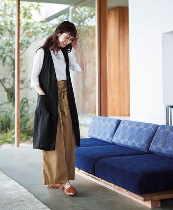 マニッシュな印象のロングジレですが、Aラインのシルエットを作ると、女性らしく着こなすことができます。裾に向かって広がるワイドパンツなら、重心が下にいくので全身のバランスが整いやすくなりますよ。スタイルがぼやけないよう、トップスはボトムにインして、ウエストをさりげなくマークするのがおしゃれな着こなしのコツです。
