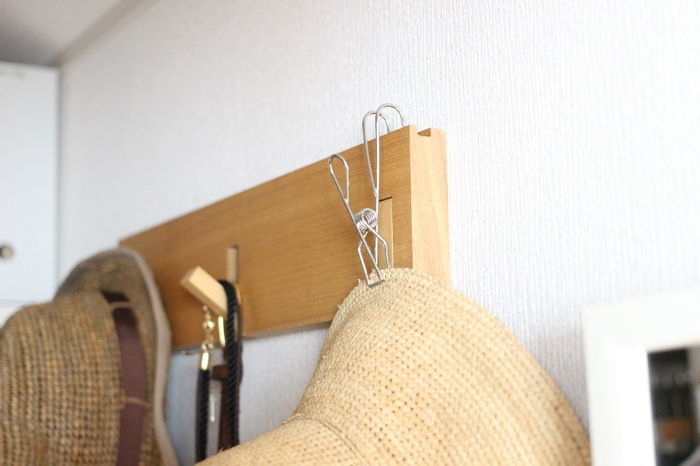 """""""ひっかける""""ことができるので、このように壁の突起や鴨居、細めのつっぱり棒、ポールにも使えますよ。  この商品は4個入なので、あまったら、キッチンやお風呂場などで、他のものを吊り下げるのに使っても。いろんな使い道がありますので、気軽にお試し感覚で買ってみてもよさそうです。"""