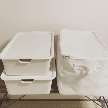 *画像 左側:100円ショップ「キャンドゥ」のスクエア収納ボックス(本体・フタは別々に販売) 右側:300円ショップ「スリーコインズ」のフタ付き・コットンスクエア収納ボックス