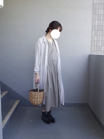 長めのアウターとの相性も抜群です◎同系色でまとめた一体感のある着こなしに、カゴバッグが華を添えています。