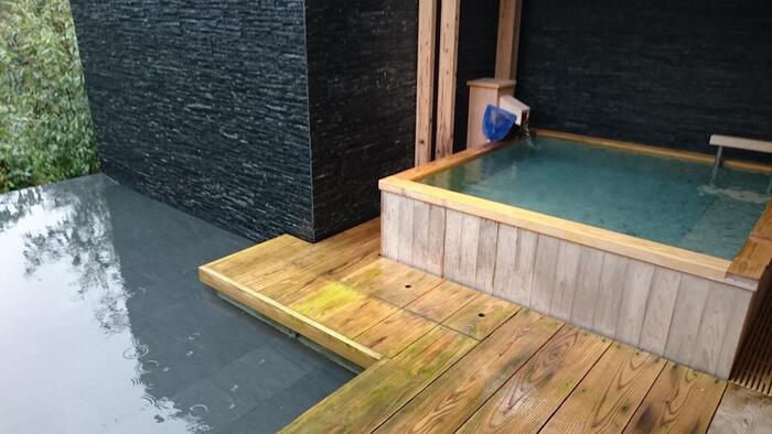 「日本と親しむ 情緒に憩う」がコンセプトの老舗旅館、ABBA RESORTS IZU - 坐漁荘。 五十年を超える歳月に育まれてきた純和風の老舗宿で、美しい日本の文化を感じながら過ごすことができます。  ヴィラタイプの客室全てに温泉露天風呂が完備されています。なかには、ジャグジーやサウナ付きのヴィラもあり、好きな時間に好きなだけ入ることができるのも魅力です。