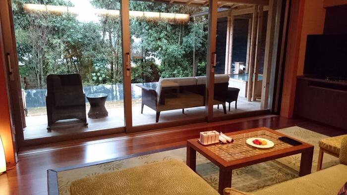 緑の見える綺麗な客室は、温かみがあり、リラックスできそうな雰囲気。  また、和食を始め、フレンチ、鉄板焼きといったお料理はとても評価も高く、お食事を楽しみたい方にもおすすめです。