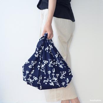 お洒落な柄の風呂敷をバッグに。道具もいらず、風呂敷を畳んで結ぶだけで、1分もあれば素敵なバッグが出来上がります。