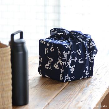 ピクニックやレジャーのとき、お弁当やお重を風呂敷で包みます。食べるときにそのまま風呂敷の上にお弁当を広げると、ランチョンマット兼レジャーシートのような使い方ができます。