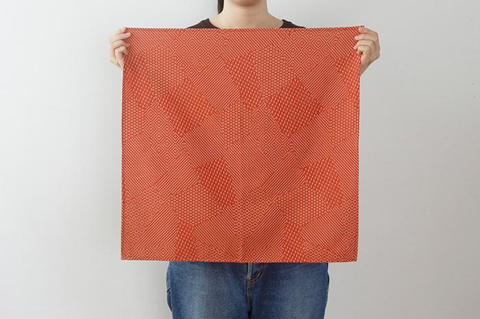 福島県で続く工房の四代目・大峡健市(おおはざまけんいち)さんによる「刺子織」が布全面で楽しめる贅沢な風呂敷。やわらかい綿100%の生地に織りと刺し縫いが同時に仕上げられています。ひと針ひと針縫い上げられた緻密な文様が美しい。
