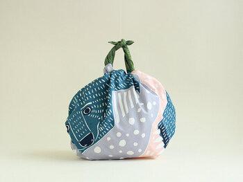 急な雨で大切なバッグや荷物を濡らしたくない時に包んで使っても◎。一枚あると便利ですね!