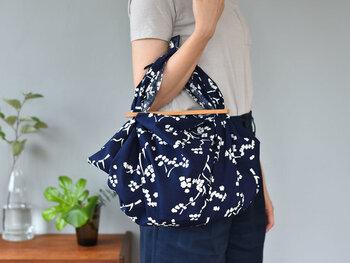 藍色に白の草花柄で、北欧生まれなのにどこか和の雰囲気が漂います。荷物が多くなりそうな日は、一枚バッグに忍ばせておくとサブバッグになって便利ですね。