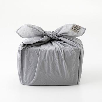 繊維メーカーが立ち上げたトラベルギアブランド「TO&FRO」がプロデュースした風呂敷。ナイロン製でとっても軽く、シワ加工が施されています。