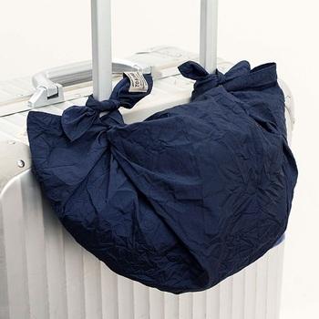 旅行のときに持っていって、荷物が増えたらスーツケースの持ち手に付けて簡易バッグ風にしてもいいですね。風呂敷なら薄くて軽くてかさばらないので旅の邪魔にもなりません。撥水加工が施されているから急な雨が降っても安心。