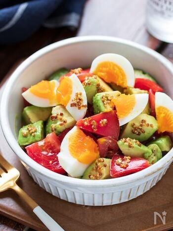 いつものサラダが豪華にランクアップ!アボカド・トマト・ゆで卵をカットしてハニーマスタードをかけるだけなので、約5分で完成します。塩分控えめなのも、うれしいポイントです。