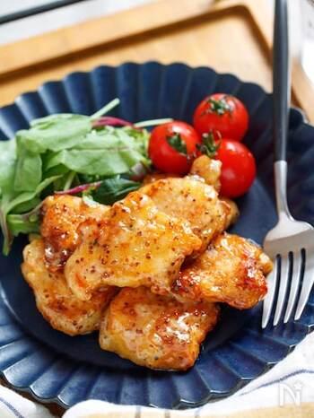 パサパサしがちな鶏むね肉も、下味にマヨネーズを絡めてハニーマスタードと和えれば、しっとり柔らかなお料理が完成します。子どももパクパクと食べてくれそうなマヨナゲットは、お弁当のおかずとしてもおすすめです。