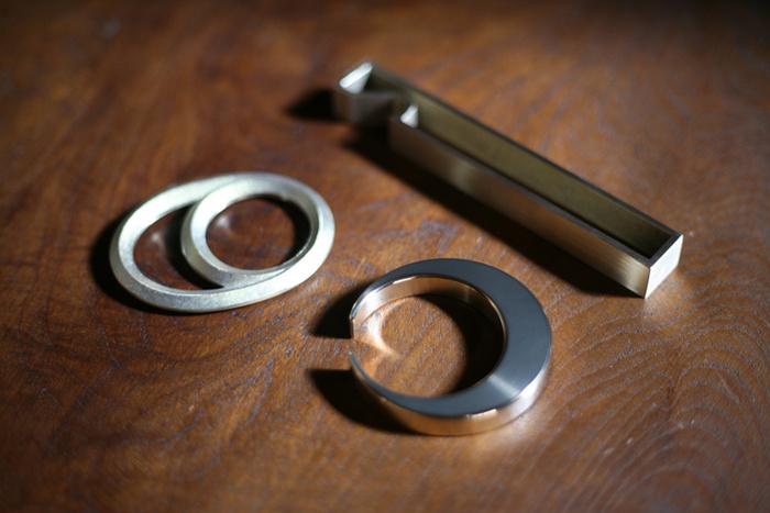 真鍮でできた、適度な重さが心地よい栓抜きです。シンプルな形だから、金属の純粋な輝きや質感が楽しめます。一目見て栓抜きと見えないデザインも心をくすぐります。