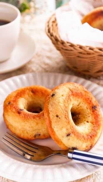 ヘルシーな焼きドーナツはいかが?揚げないのでカロリーも控えめに仕上がります。アクセントにチョコチップを投入。豆腐を入れると、もっちりとした食感が味わえます。ホットケーキミックスを使えば、粉をふるう手間なく簡単に作れますよ。朝食にもおすすめ。