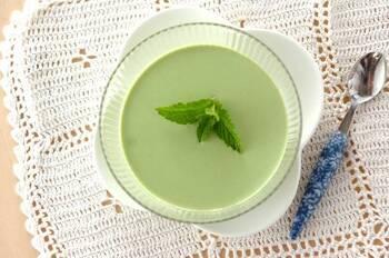 甘さ控えめなひんやりデザートを食べたいときはコレ!絹ごし豆腐を使った抹茶風味のパンナコッタです。生クリームを加えてコク深い味わいに。抹茶好きな大人にピッタリのスイーツです。