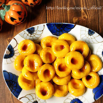 彩り鮮やか♪かぼちゃ入りの豆腐白玉団子です。かぼちゃはレンジで柔らかくしてなめらかになるまで潰します。豆腐入れるとさらにもっちり感が増して◎仕上げに黒蜜やあんこ、またはホイップクリームを添えても楽しめますよ。