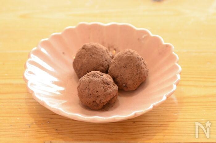 豆腐入りとは思えない、手軽な材料でできる生チョコトリュフです。なめらか舌触りになるよう絹ごし豆腐を使うのがおすすめだそう。ココアの代わりに、粉糖をまぶしたり、ラム種を加えて大人味にしたり。いろいろアレンジして楽しめますよ◎