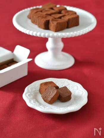 濃厚な味わいが楽しめる、ねりごま入りの生チョコです。水切りした豆腐に溶かしたチョコレート、ねりごまをしっかりと混ぜ合わせて作ります。ねりごまの風味とチョコのコク深い味わいが堪能できますよ。ブレンダーを使うとより簡単!コーヒーのお供にもピッタリです◎