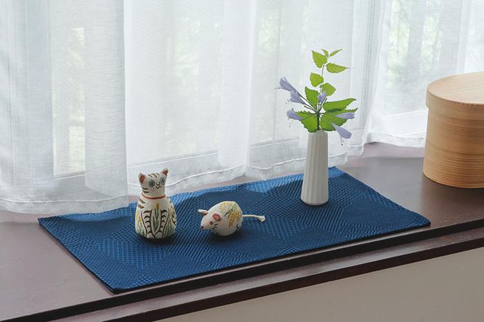 小さめの風呂敷をお好みの大きさに畳んで、花瓶や置物の敷布として使うのもおすすめです。インテリアのアクセントになりますね。
