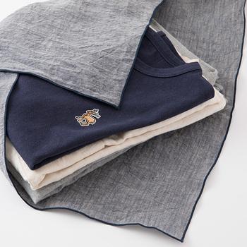 旅行の準備をするとき、着替えを風呂敷で包んでパッキングするとおすすめ。既製の袋だと袋に合わせてたたむ必要がありますが、風呂敷はサイズフリーなので中身に合わせたパッキングができます。