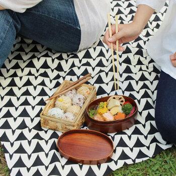 ピクニックや公園に行くときのレジャーシート代わりに持っていくといいかも。風呂敷だと薄くて軽くてかさばらず、帰りに荷物が多くなったら荷物入れとしても使えます。
