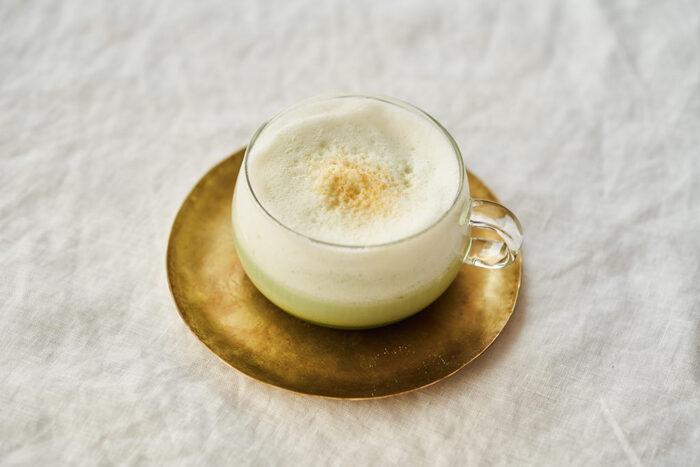 砂糖の代わりにラカントを使い、牛乳の代わりに豆乳を使った抹茶ラテ。糖質オフで、ダイエット中でも甘い物をたまに飲みたいときなどにもおすすめです。最後にふりかけるきな粉がとても合います。