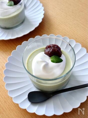 インスタントの粉末抹茶ラテで作れる簡単ババロア。ホイップクリームとあんこをのせていただきましょう。生クリームを使わずすべて牛乳を使うと、淡い二層仕立てになります。