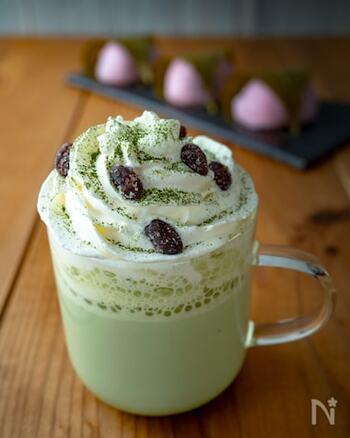粒あんを加えた和菓子風の抹茶ラテに、ホイップクリームをこんもりとのせて。甘い物が食べたいときなど、おやつ代わりに飲める濃厚な甘さのデザートドリンクです。