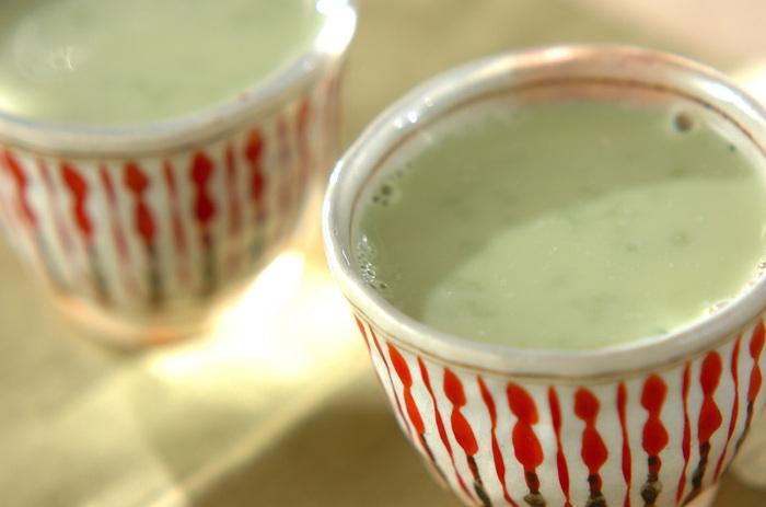 甘酒を入れることで砂糖は不要。優しい甘さに癒される抹茶ラテです。発酵パワーの麹甘酒を使えば、つぶつぶ感も楽しめます。