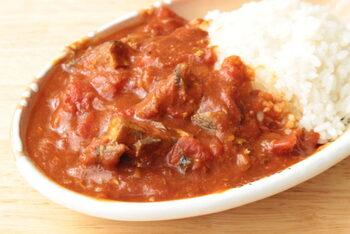 トマト缶と鯖味噌煮缶、カレールウだけで作るレンジ調理の簡単カレー。  水も加えず、缶詰の液体だけで美味しいカレーができる魔法のレシピです。無水調理なので、トマトと鯖の濃厚なコクと旨みがしっかりと味わえます。