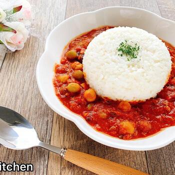 トマト缶と鯖味噌煮缶のカレーに豆をプラスしてたんぱく質を強化したレシピ。  包丁もいらず、あっという間に電子レンジで調理できます。ラップをせずに、余分な水分を飛ばしつつ、加熱。旨みがぎゅっと凝縮して食べごたえのあるカレーが出来上がります。