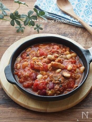 トマト缶と鯖の味噌煮缶を鍋で煮込んでつくるタイプのトマト煮込み。  ミックスビーンズを入れて、食感のアクセントに。コンソメをプラスして味を調えています。ベースが鯖の味噌煮なので、ほんのりとした甘味もあり、パンにもごはんにも合う仕上がりです。