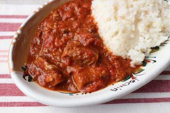 トマト缶×鯖味噌煮缶の煮込みに、ハヤシライスのもとをすこし足して、味を調えたトマト煮込みです。  粉チーズを入れるとさらにコクが増して、ハヤシライスの味が引き立ちます。ハヤシライスのもとがなければ、お家にあるソースでも代用できるそう。災害時など、いざというときにも重宝するレシピですね。