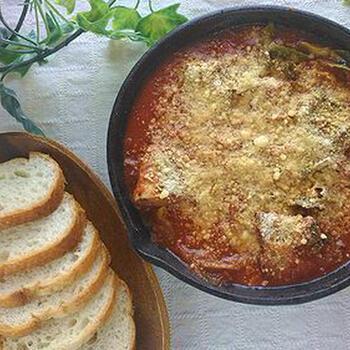 手でちぎったキャベツの上に、トマト缶、鯖の味噌煮缶をのせて加熱するトマト煮込みです。  スキレットで調理するので、アツアツのところをそのまま食卓に出せます。見栄えもいいですし、洗い物も減って一石二鳥。火からおろした後にたっぷり粉チーズをかけて、風味よく。ワインによく合うおつまみになります。