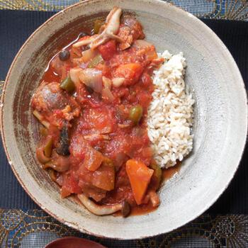 ほんのりカレー味のトマト煮込みです。  野菜をたっぷりと入れて、ボリュームも栄養もアップ。ブナシメジやナス、ニンジン、ピーマンの大きさを揃えてカットすると、食べやすくなります。