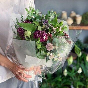 その季節の最も良質なお花を厳選して作られたお任せブーケ。どの花を選ぼうか、種類に迷っている方におすすめです。S・M・Lの3サイズから選べて、どれもテーブルの上などで楽しむことができるサイズ感です。鮮度を維持するため専用のボックスに入って送られてくるので、美しい状態のままおじいちゃん、おばあちゃんの手に届けることができますよ。