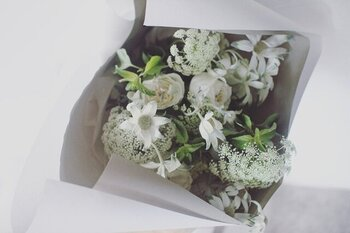 市場で仕入れた新鮮なお花を使用したブーケ。東京、渋谷にある小さなお花屋さんで、ひとつひとつ丁寧に作られています。「ピンク系」「白グリーン系」からお好みのカラーを選ぶことができます。飾りすぎない、ナチュラルな雰囲気がお好きなおじいちゃん、おばあちゃんに。  #ピンク #白 #グリーン