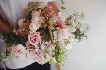 ナチュラルなかごが可愛らしい雰囲気のアレンジメント。まるで野原に咲くお花を摘んできたかのような華やかさが魅力的です。「ピンク系」「白グリーン系」から選ぶことができます。お部屋の雰囲気に合わせて選ぶとより喜ばれそう。  #ピンク #白 #グリーン