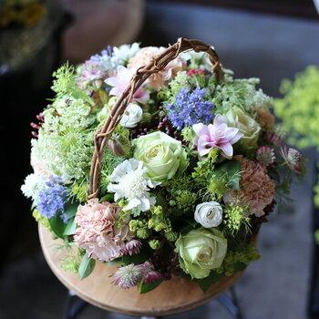 その季節の良質なお花を選んで作られたアレンジメント。状態の良い美しいお花をお店が選んでくれるので、自信をもって贈ることができます。3サイズ展開ですが、Sサイズを選ぶと18センチ×18センチの小ぶりな大きさで、置く場所に困りません。飾るスペースがあるか心配なときもあるので、サイズが選べるのは嬉しいですね。