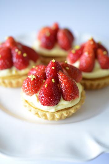 王道のフルーツ系の中でも、1番オーソドックスかつ人気の高いイチゴのタルトレット。手作りの生地と2種類のクリームが口の中でとろけて、とてもリッチな味わいです。