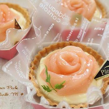 桃をお花のように盛りつけたタルトレットは、食べるだけでなく見て楽しむこともできますよ。あまりのかわいさに、食べるのがもったいなくなっちゃうかも?