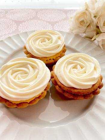ベイクドチーズの生地にレアチーズをバラの形にのせて。味も見た目も一級品のタルトレットは、優雅なティータイプにぴったりですね。