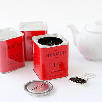 パリの老舗高級食料品店・エディアールの紅茶は香り豊かなダージリン、ジューシーでアイスティーにもおすすめな4レッドフルーツ、中国茶と柑橘系をブレンドしたアールグレイの3種類です。  丁寧に淹れた紅茶は味も香りも格別ですよ。
