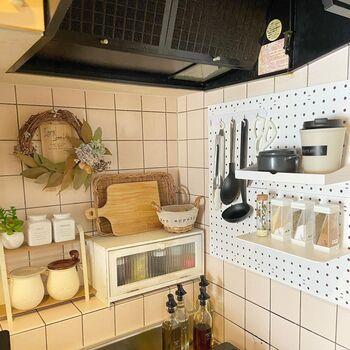 タイル張りで磁石が付かないキッチンなら、吸盤で張り付けるパネルもあります。 こちらは100円均一で購入したという有孔ボード。よく使う調理器具など、あまり重くないものが吊り下げられています。