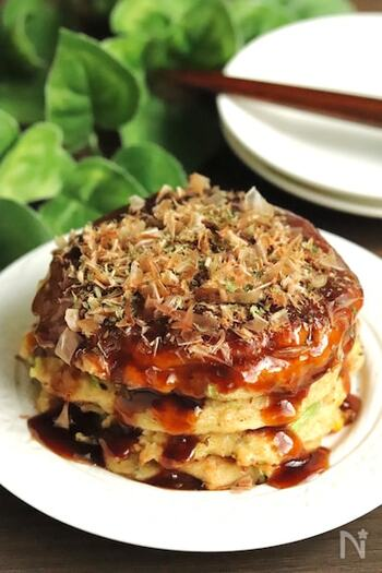 小麦粉は使わずに、オートミールで作るお好み焼きは、山芋を入れないのにふわふわに仕上がる不思議なレシピ。味もしっかりで満腹感も味わえるので、ダイエット中お腹いっぱい食べたい時にも嬉しいですね。