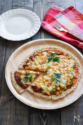 オートミールとおからパウダーで作る、材料はたった3つのピザ生地。サッと作れるので、メニューに困った時にも活躍してくれそうですね。もちろんトッピングはお好みで!