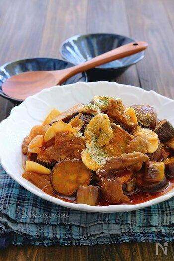 トマトジュースを使った、牛すじ肉となすの洋風煮込みレシピ。牛すじ肉は1度圧力鍋で火を通し、トマトジュースなどの調味料を入れさらに圧力鍋で煮込みます。なすや玉ねぎなどの野菜は、完全に圧力が抜けた後ふたを開けて15分ほど一緒に煮込み完成。食材ごとに合った煮方でひと手間かけることで、より美味しくなります。