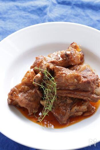 焼き肉のタレやケチャップ、豆板醤などのちょっと意外な調味料で下味を付けた、甘辛く絶妙な味わいのスペアリブの圧力鍋レシピ。お肉も骨とすぐ分けられるほどに柔らかくとろとろに。圧力調理で柔らかく調理した後、ふたを取って煮詰め、味をしっかりつけて完成です。