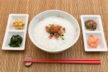 お米よりも糖質をカットできるオートミール。少しの水と薄い味付けで、優しい味のお粥に仕上がります。まずはほんの少しのお出汁で仕上げて味わってみてくださいね。基本のお粥をマスターしたら、梅干しや昆布、お漬物などと、その日の気分で楽しんでみましょう。